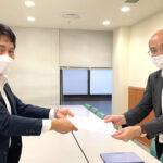 希少がんの新薬開発に関する要望書を提出。吉田易範医薬品審査管理課長(右)、西舘澄人RCJ副理事長(左)
